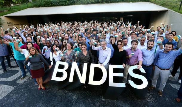 WJBNDES10 - RIO DE JANEIRO - RJ 12/05/2017 -  BNDES / MANIFESTAÇÃO / FUNCIONÁRIOS - ECONOMIA OE  Funcionários do BNDES fazem nesta sexta-feira, 12, na sede do banco, no centro do Rio, manifestação em solidariedade aos colegas levados coercitivamente para prestar esclarecimentos no âmbito da Operação Bullish, da Polícia Federal, deflagrada hoje. A PF investiga irregularidades em aportes concedidos pelo BNDES, por meio da subsidiária BNDESPar, à empresa do ramo alimentício JBS, realizados a partir de junho de 2007 e num total de R$ 8,1 bilhões. FOTO: WILTON JUNIOR/ESTADAO